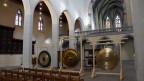 V.l.n.r.: Buckelgong aus Indonesien/Java, Tam-Tam-Gong und Feng Gong aus China. Alle Gongs haben einen Durchmesser von 150cm.