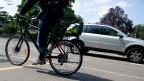 Ein Fahrradfahrer unterwegs in Zürich