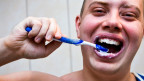 Der Mann gibt seine Zahnbürste eher weiter - die Frau nicht