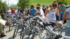 Mit dem E-Bike in die Schule: Die Oberstufenschüler nehmen ihre Elektrovelos in Empfang