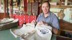 Paul Eggimann, Sattler in Grünen bei Sumiswald, näht Schwinghosen für das Eidgenössische