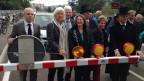Die feierliche Eröffnung der Zollfreistrasse mit Behördenvertreterinnen und -vertretern beider Länder.