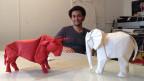 Sipho Mabona mit Modell-Elefanten.