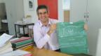 Gemeindeschreiber Davide Vassalli zeigt den speziellen Abfallsack.