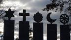 Symbole der Weltreligionen auf einem Friedhof