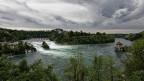 Über dem Schaffhauser Rheinfall braut sich ein Sturm zusammen.