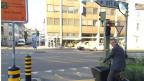 Christian Egeler an einer Kreuzung, bei der Velos auch bei Rot fahren dürfen.