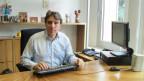 Manuele Bertoli an seinem Pult - vom Computer lässt er sich E-Mails vorlesen.
