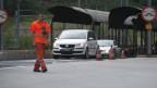 In Goppenstein/VS fahren die Autos vom Verladewagen und verlassen den Nicht-Ort möglichst zügig in Richtung Rhonetal.