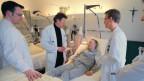 Medizinstudentinnen und –studenten auf Visite.