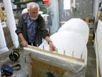 Mann arbeitet an Böögg in einer Werkstatt