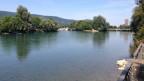 Trotz Sommerhitze: keine Schwimmer weit und breit an der Aare in Aarau.