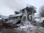Brandruine eines Hotels im Winter