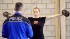 Polizeianwärterin bei der Sportprüfung