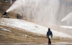 Die Zahl der Beschneiungsanlagen entlang der Skipisten steigt weiterhin stark an.