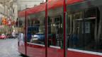 Tram rollt durch die Altstadt von Bern.