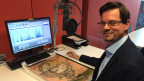 Jost Schmid von der Zentralbibliothek Zürich: auf dem Tisch das Pargament, das den Originalzustand des «St. Galler Globus» zeigt.