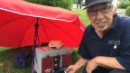 Fritz Rickli, ehemaliger Minigolf-Spitzenspieler, neben seinem Wärmekasten für die Minigolf-Bälle.