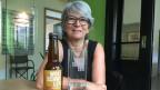 Gemeinderätin Maja Pfister und ihr Bier.