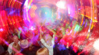 Tanzende Menschen in einer Disco