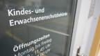 """Glastüre mit Aufschrift """"Kindes- und Erwachsenenschutzbehörde"""""""