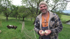 Bauer Kurt Brunner mit zwei Bio-Küken