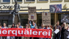 Tierschützer demonstrieren vor dem Ratsgebäude in Frauenfeld.