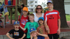 Sybille Fankhauser mit ihren drei Söhnen und zwei Gastkindern aus Weissrussland
