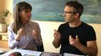 Barbara Bucher und Tobias Bonderer übersetzen den Inhalt der Landsgemeinde.