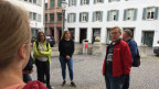 Hans Ryser beim Stadtrundgang mit der Berner Konfirmandenklasse.