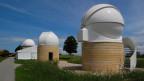 Mit dem Teleskop suchen Berner Forscher den Himmel ab.