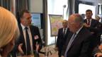 Bundesrat Johann Schneider-Ammann lässt sich das Jobjäger-Programm erklären.