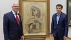 Museumsdirektor Josef Helfenstein (rechts) freut sich über das Geschenk