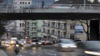 Blick auf die stark befahrene Rosengartenstrasse in der Stadt Zürich.