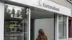 Blick auf den Eingang einer Filiale der Urner Kantonalbank.