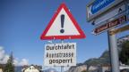 Ein Schild weist auf die gesperrte Axenstrasse hin.