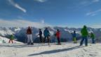Skifahrer auf einer Skipiste bei Sonnenschein