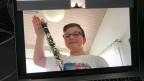 Ein Junge mit einer Klarinette.