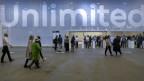 Besucher eine Kunstmesse.