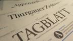 Zeitungen liegen auf einem Tisch