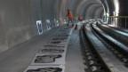 Tunnelwand wird mit Hilfe von Schablonen mit einem Aulpaufzug bemalt