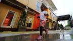 Ein Kind spielt vor einer Asylunterkunft in Zürich