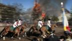 Pferde reiten um den Bögg.