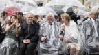 Es regnet links und rechts bei der Eröffnungsfeier.