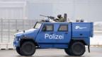 Gepanzertes Polizeifahrzeug am Flughafen Zürich