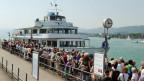 Passagierschiff am Steg, Menschenschlange