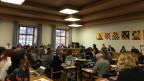 Gemeindräte sitzen im Saal im Winterthurer Rathaus