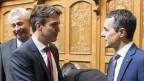 Beat Walti schüttelt Ignazio Cassis in der Wandelhalle des Bundeshauses die Hand.