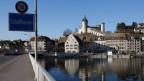 Der Munot thront über der Stadt Schaffhausen bei strahlendem Sonnenschein.
