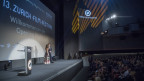 Auf der Bühne des Zürich Film Festivals interviewt eine Moderatorin einen Filmemacher.